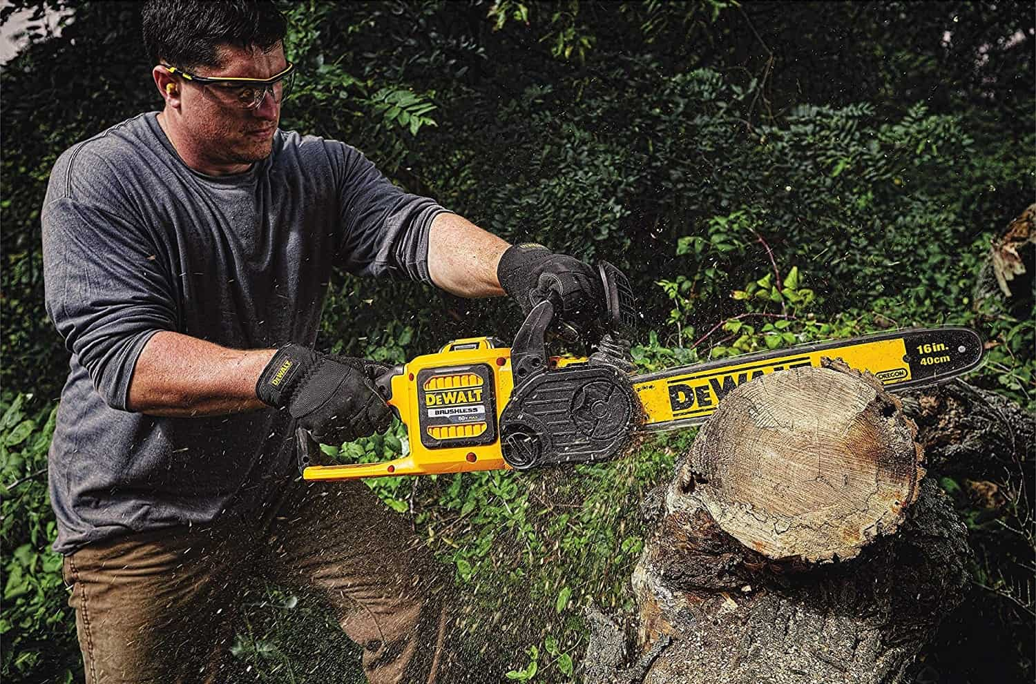 https://solidguides.com/wp-content/uploads/2018/10/DeWalt-FlexVolt-DCCS670B-60V-Max-Cordless-Chainsaw.jpg